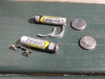 Batterier mv. fundet mellem brosten